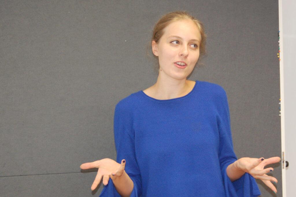 junge Forscherin Flora untersucht Kugelblitze