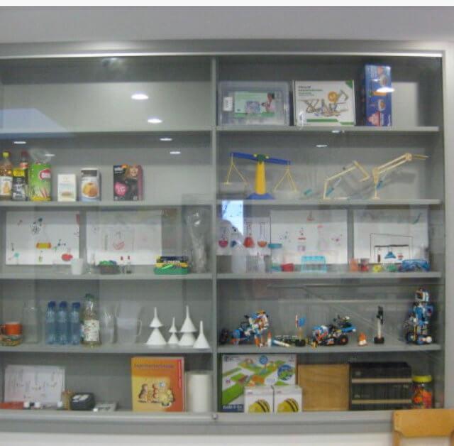 Forscherecke mit naturwissenschaftlichen Spielen und Versuchen